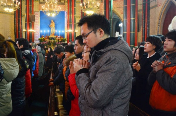 Chinese catholics celebrate Christmas in mass service